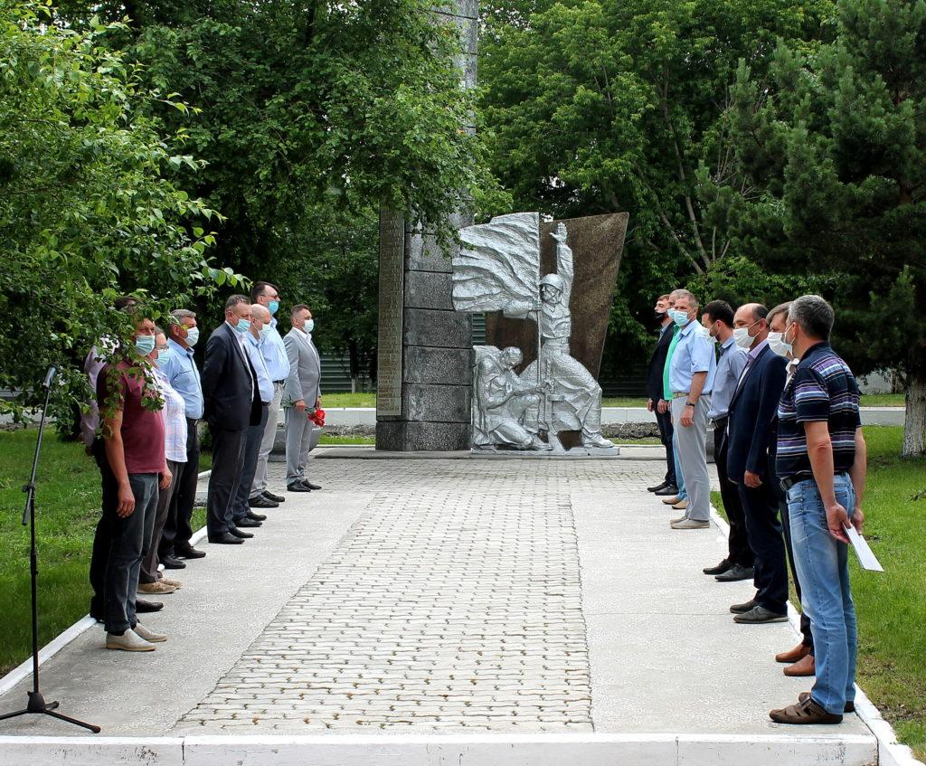 22 июня работники завода во главе с Генеральным директором  Н.В. Волковым почтила память военного поколения минутой молчания и возложением цветов.